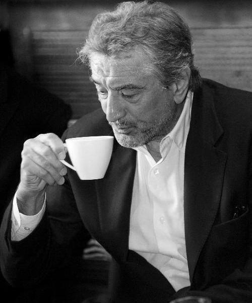 20 actores y actrices disfrutando de su café: un clásico del cine