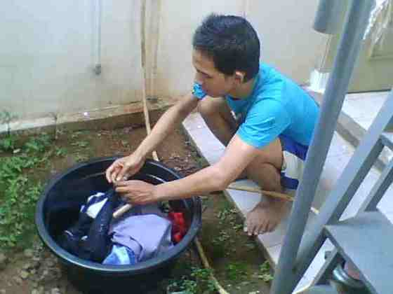 mahasiswa Mencuci Sendiri