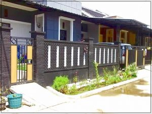 Model desain pagar rumah minimalis dengan batu alam kombinasi logam dan kayu