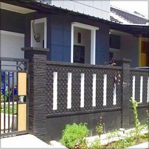 Model desain pagar batu alam rumah minimalis type 36 kombinasi kayu dan besi