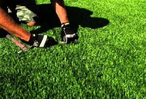 cara memasang rumput sintetis atau rumput imitasi