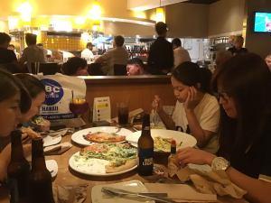 ピザを食べる様子