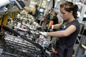 donna-al-lavoro-in-una-fabbrica