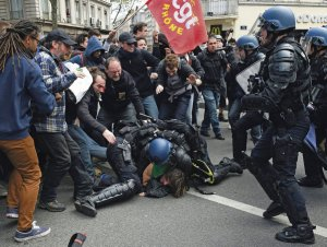 People clash with riot police during a demonstration against the French government's proposed labour reforms on April 28, 2016 in Lyon, southeastern France. / AFP PHOTO / PHILIPPE DESMAZES