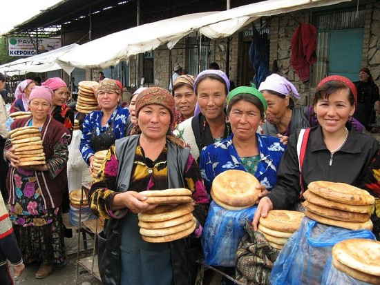 Urgut_Sunday_market_bread_sellers