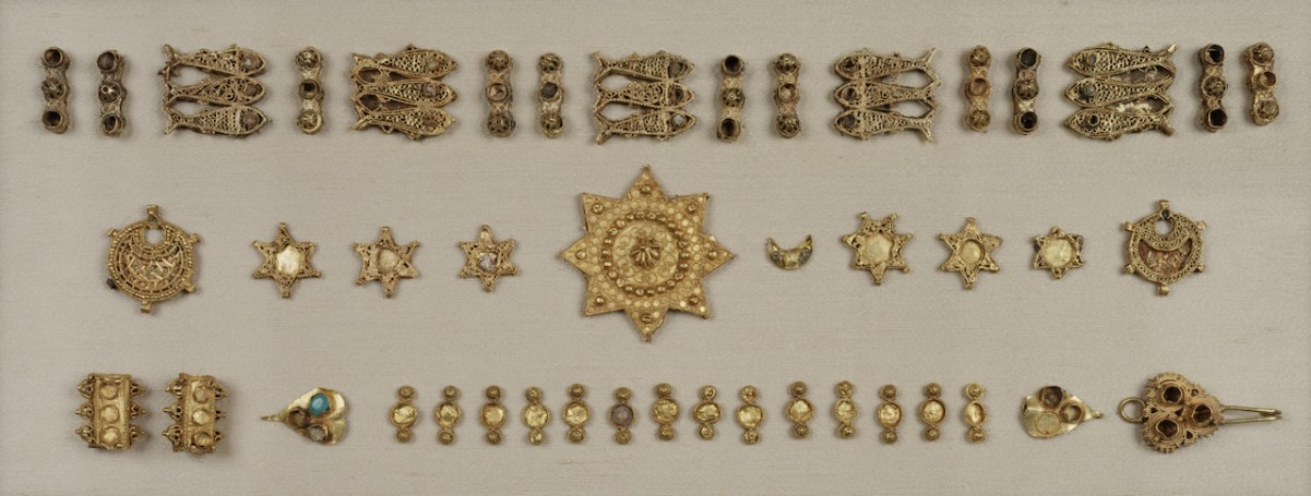 Jewelry fittings, Hispano-Moresque, Córdoba, Spain, late 10th/early 11th century. Gold, gemstones, and traces of enamel. The Walters Art Museum, Baltimore, MD, bequest of Henry Walters, 1931, 57.1596.9–43