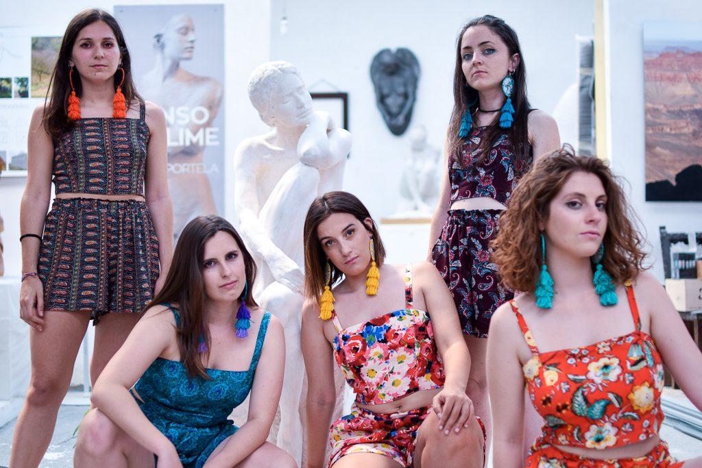 Cinco modelos posan con pantalón e top Sada e pendentes Boborás de Carballo Artesanía