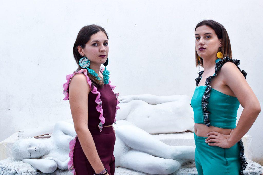 Dúas modelos posan con top e pantalon Muxía e pendentes Boborás e Cenlle de Carballo Artesanía
