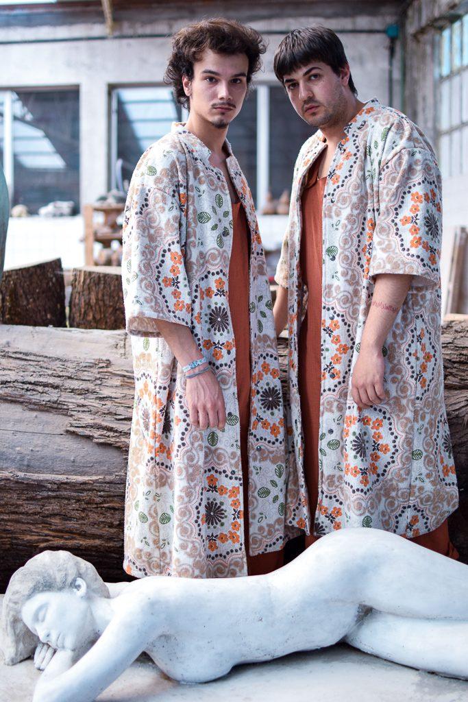 Dous modelos posan con túnicas Cabanas de Carballo Artesanía