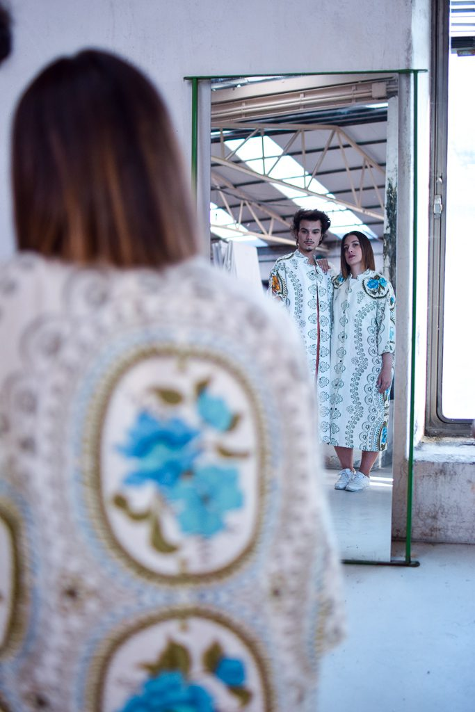 Dúas modelos posan nun espello con túnicas Cabanas de Carballo Artesanía