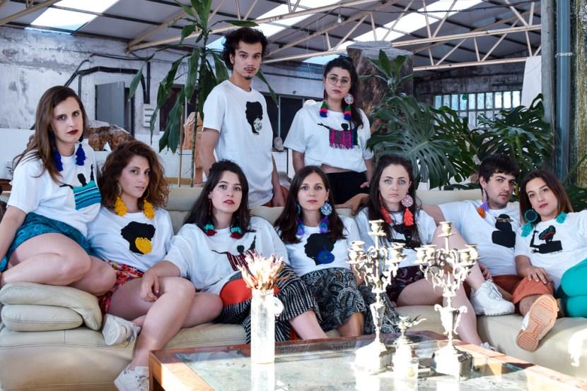 Modelos posan con camisetas da colección músicas e pendentes Boborás de Carballo Artesanía