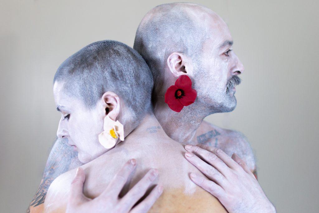 Dúas modelos posan cos pendentes Papoula vermellos e Orquídea brancos de Carballo Artesanía