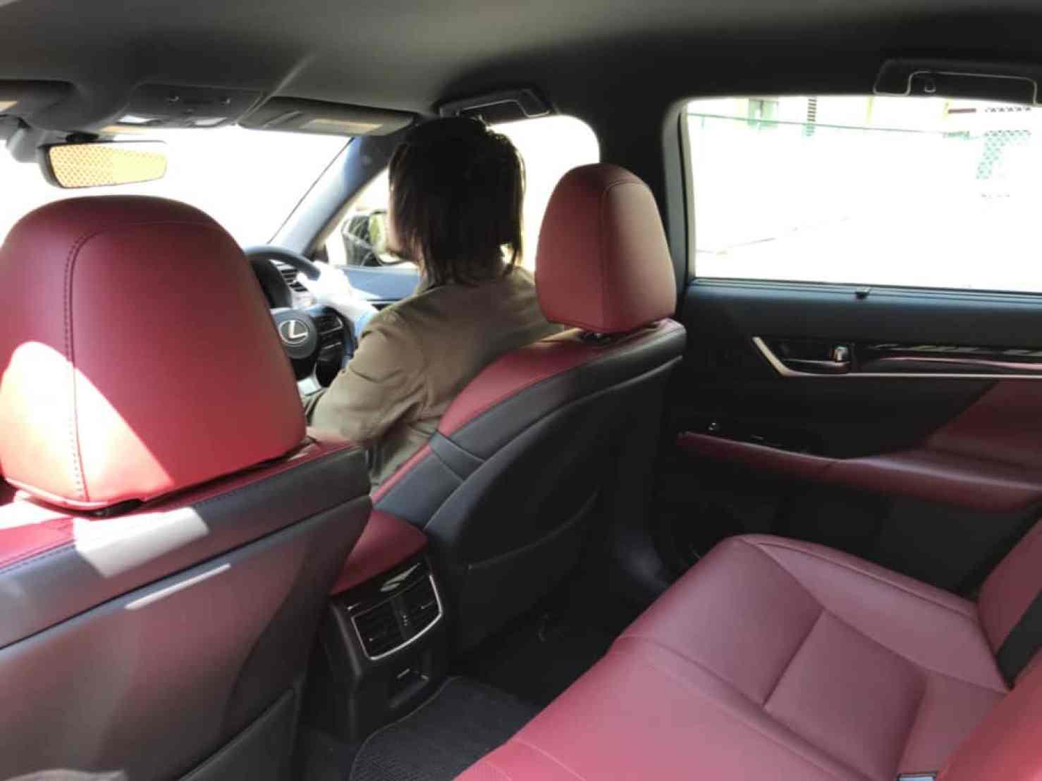 レクサスGSの後方からの運転席