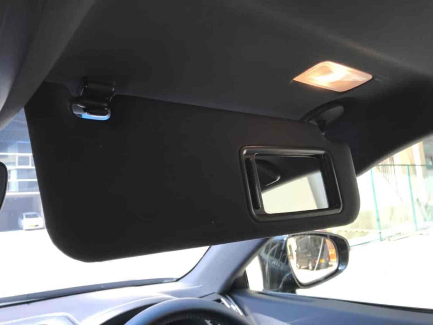 レクサスGSの運転席側のサンバイザーのライト点灯