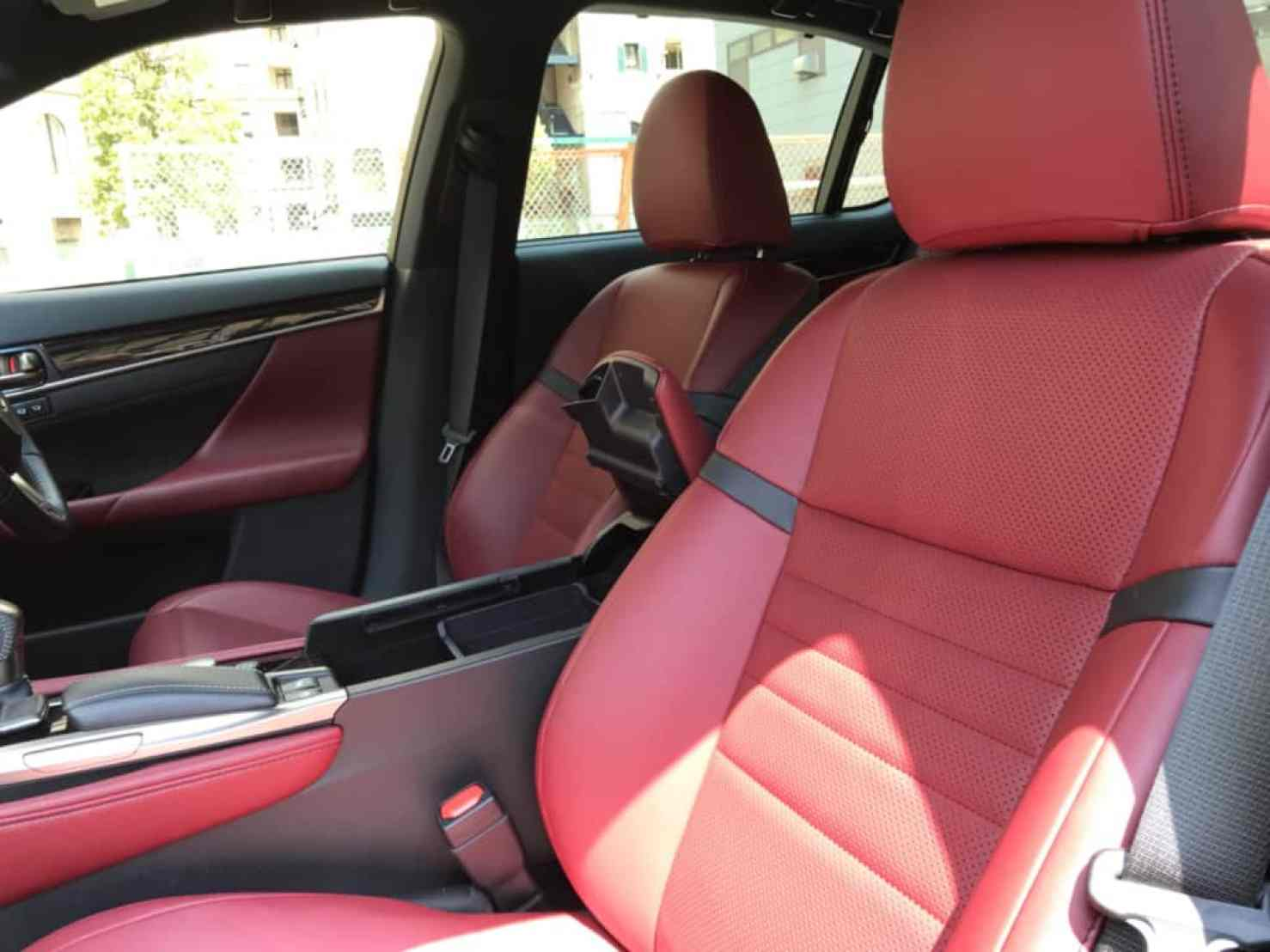 レクサスGSの助手席ドア側から見た前部座席