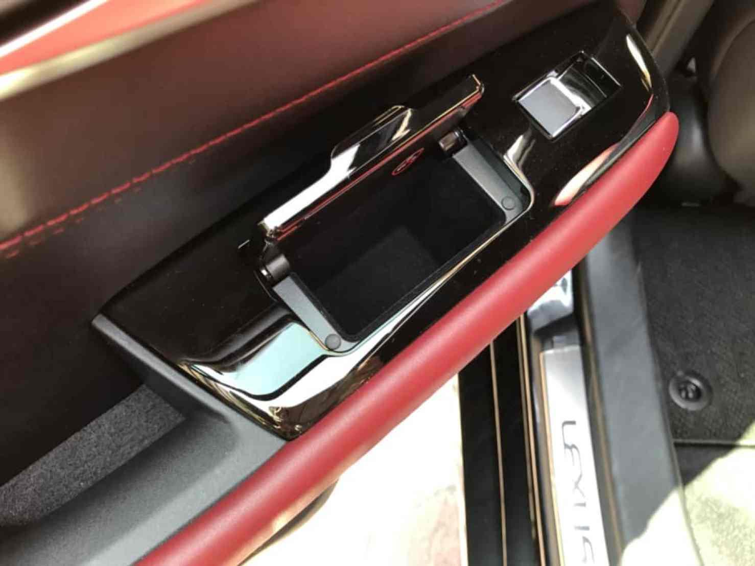 レクサスGSの後部座席ドアのもう一つのドアポケット