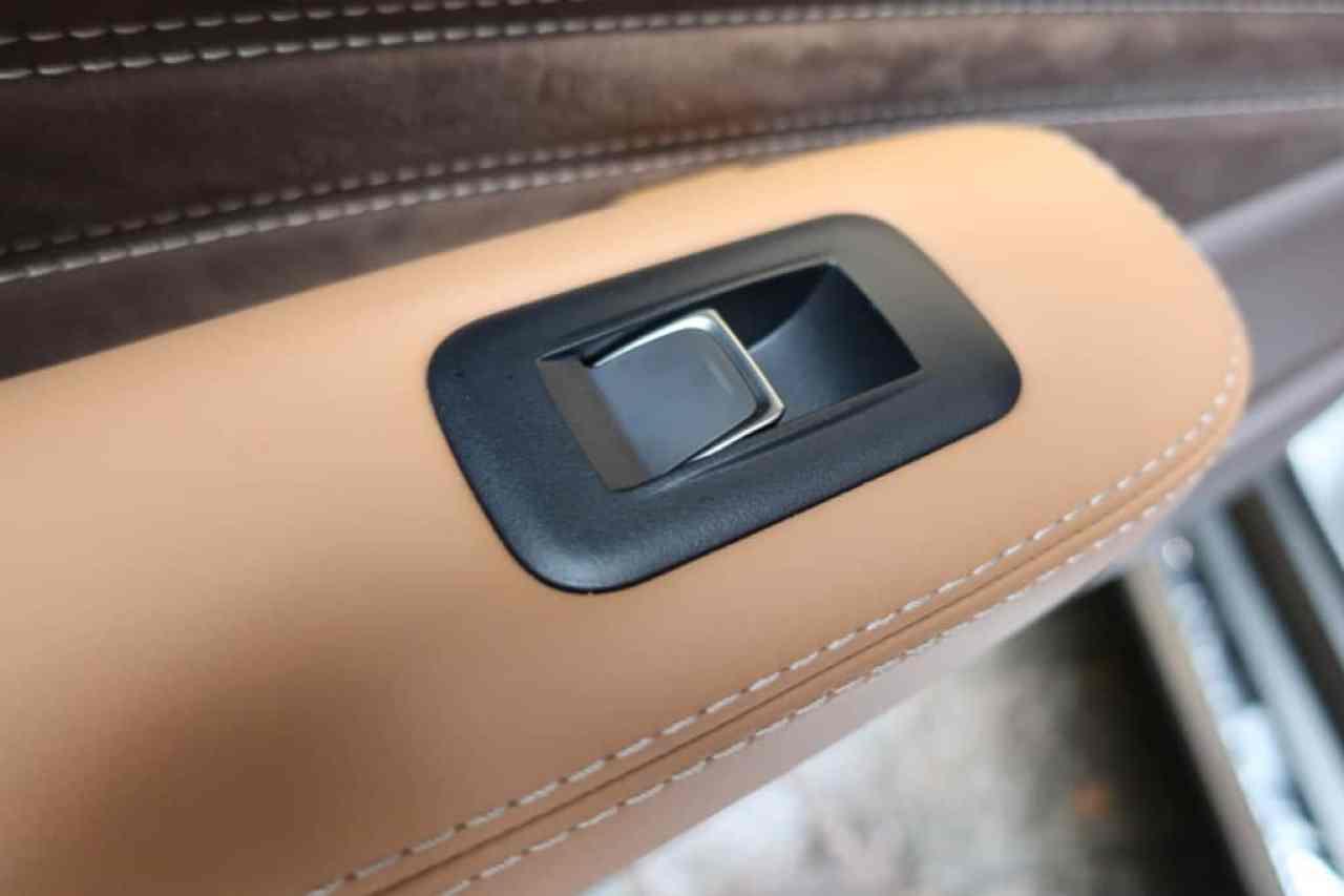 レクサスLSの後部座席ドアのパワーウィンドウスイッチ