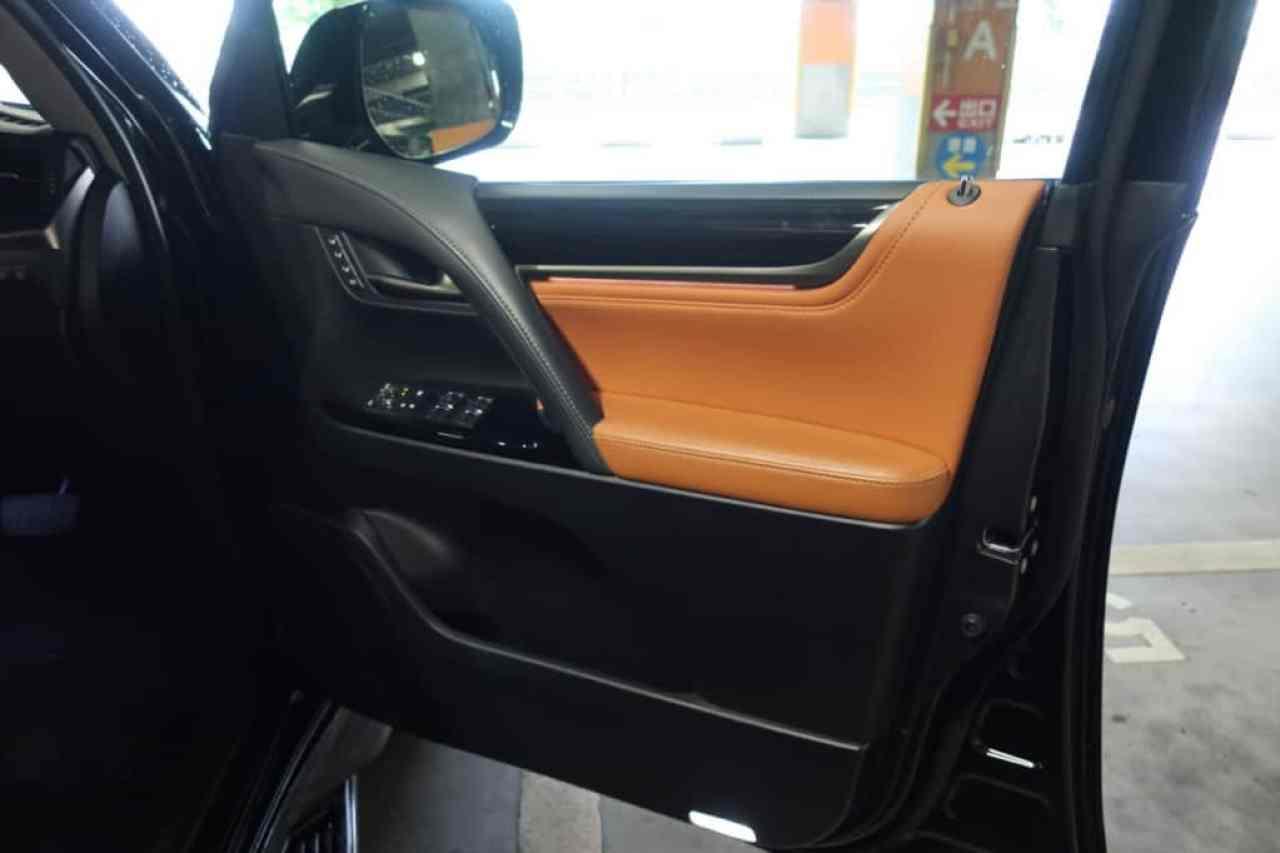 レクサスLXの運転席のドアトリム