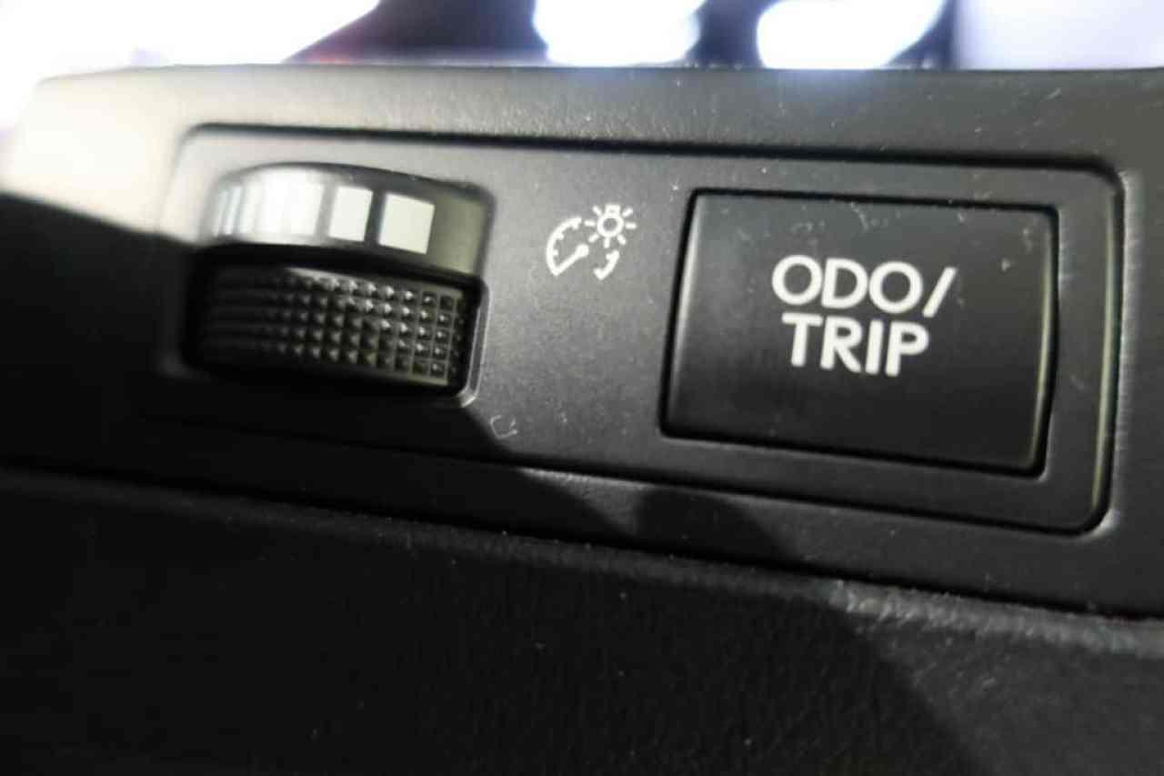 レクサスLXのインストルメントパネル照度、オドメーター/トリップメーター表示切り替えスイッチ