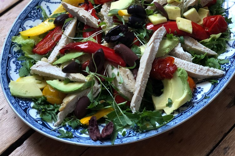 Carb-free summer salad - chicken with roasted red pepper and herbs