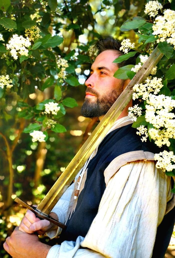 Guide conférencier Julien gendron en costume médiéval
