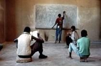 Classe en un país empobrit. L'educació és una de les necessitats bàsiques de l'ésser humà.