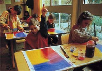 Classe de pintura a educació primària.