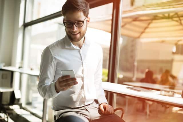 カフェでスマホを使う男性