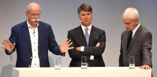 Слева направо: Дитер Цетше, глава Daimler, Харальд Крюгер, глава BMW, Маттиас Мюллер, глава Volksawgen.