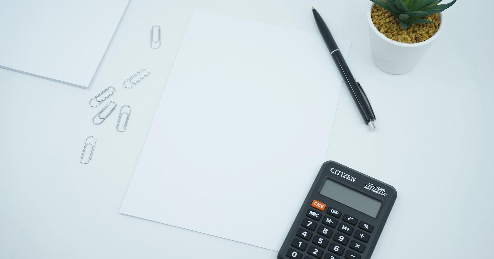 保険料を計算するデスク