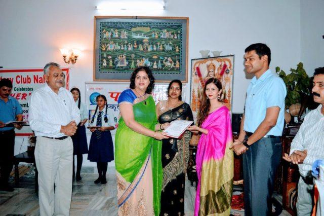 Mrs. Samridhi Attri receiving award.