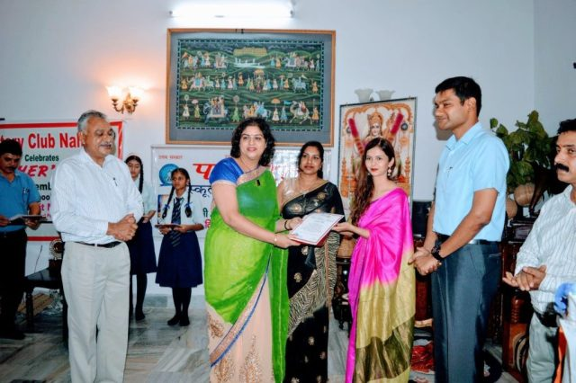 Mrs. Samridhi Attri receiving award.