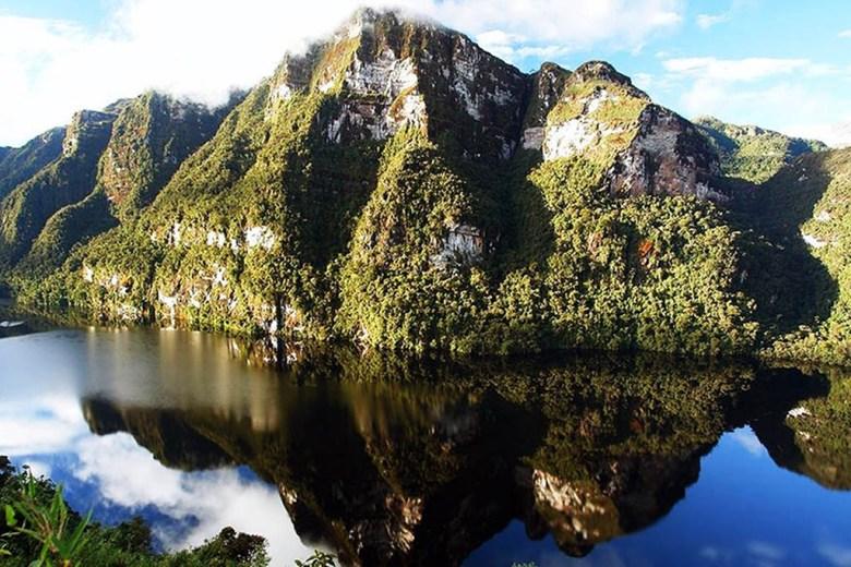 Laguna de los Cóndores, Peru