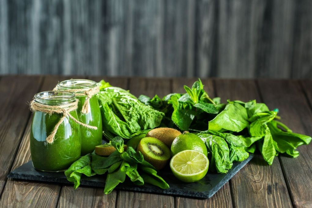 Zumo detox de espirulina, espinacas y frutas