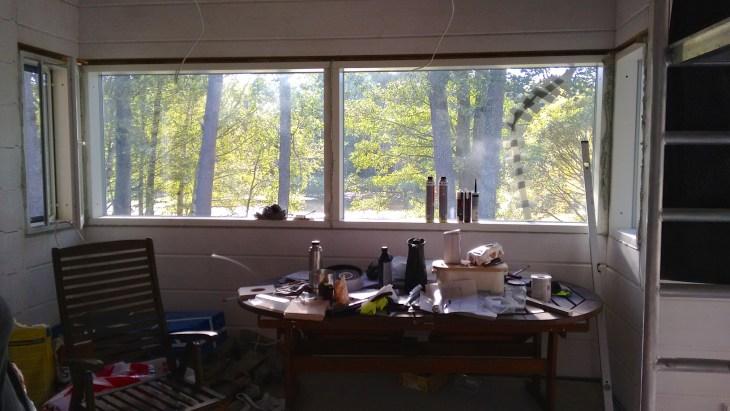 Keittiön ikkuna tason yläpuolella