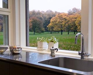 Omakotitalon laajennusosan keittiön tiskitaso.