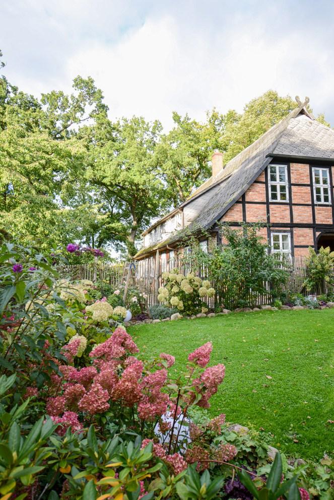 Herbstgarten mit Bauernhaus