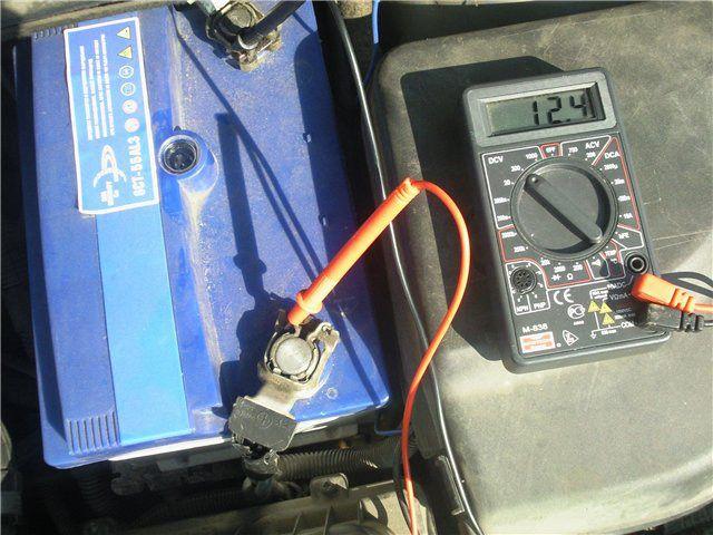 Måling av batterispenning av multimeter