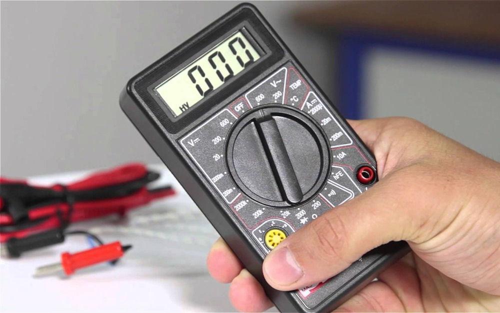 Multimeter i hånden