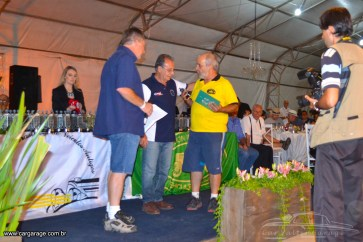 Reumatismo Car Club - Entregando placa de homenagen ao Mingo organizador do evento