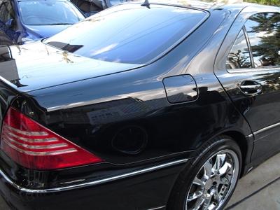M.Benz S500のボディーコーティング後のボディの状態。青空がクリアに写り込んでいる。