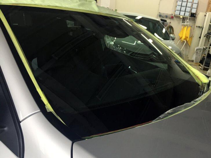 Benz A180にフロントガラス研磨を施工しました。