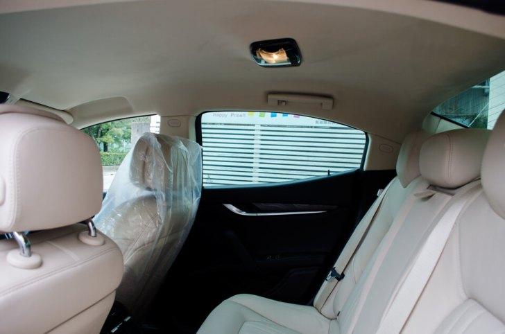 マセラティ ギブリにユーログリーン35%を貼り付けした後の車内。視界がクリアに保たれている。
