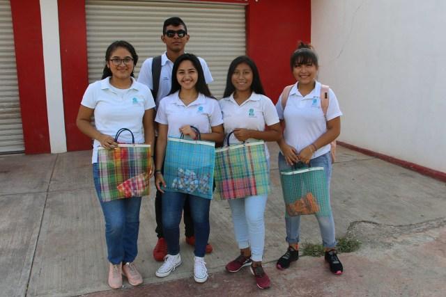 Estudiantes promueven buenos hábitos ecológicos regalando sabucanes en zona maya