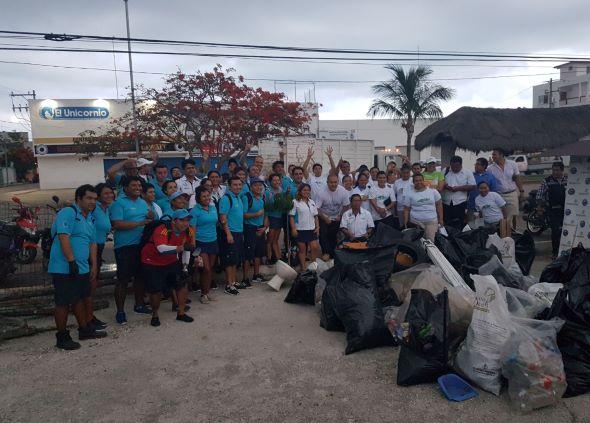 Trabajadores hoteleros y municipales se unen con Delphinus para limpiar paradero en Playa del Carmen