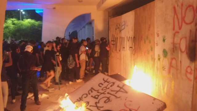 A balazos dispersan manifestación feminista en Palacio municipal de Cancún