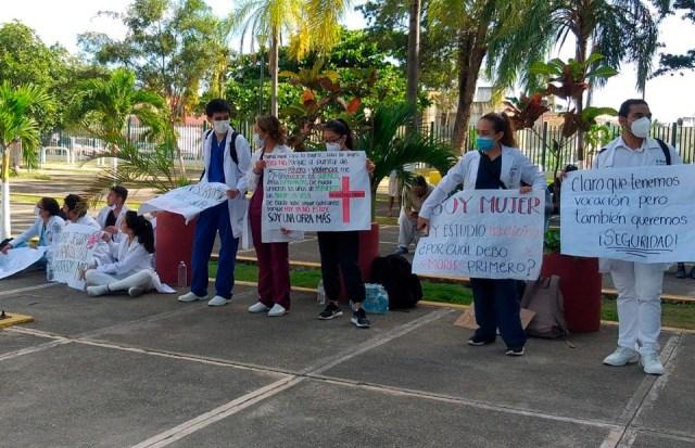 Plantón de pasantes de Medicina en Cancún para exigir vacunas contra la covid-19