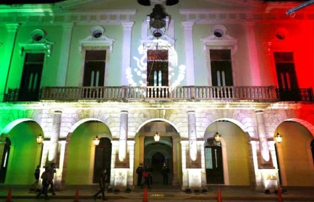 Iluminan Palacio de Gobierno de Yucatán por el mes patrio