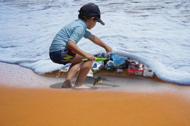 Siguen plásticos saturando océanos, playas y costas