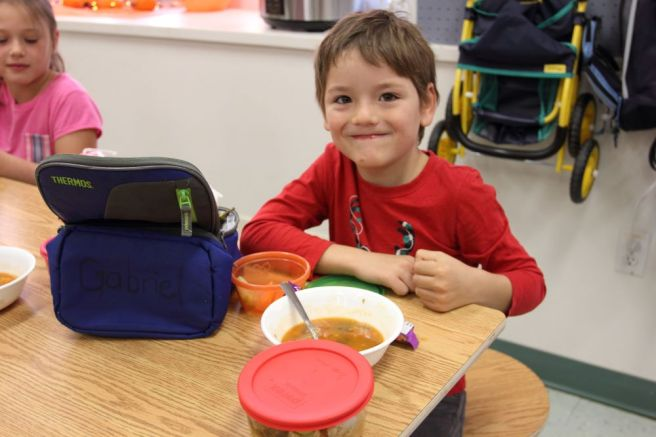 La soupe est servie aux enfants à l'école du village.
